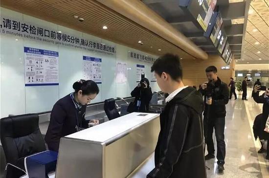 前往郑州的姜先生成为了,T2航站楼启用后第一位办理登机手续的旅客。