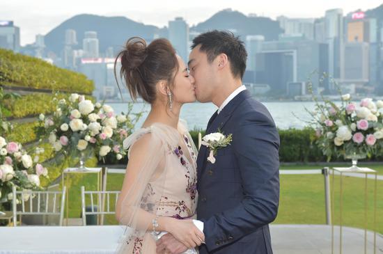 新浪娱乐讯 12月18日,37岁钟欣潼(阿娇)正式注册结婚了!