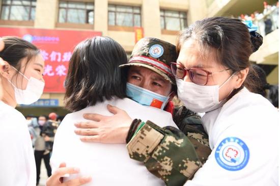 省前卫医院医护人员归来,同事相迎拥抱,有一肚子话想说。 赵滨 摄