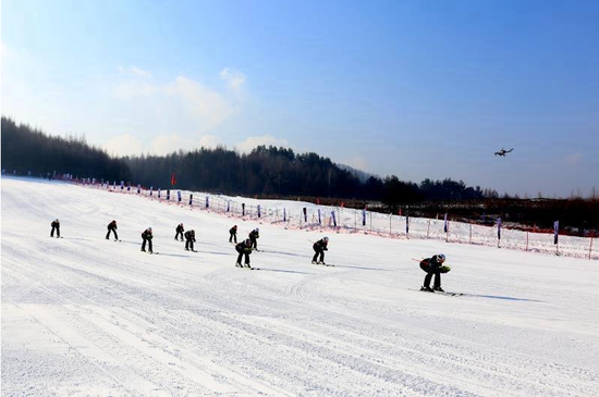 """12月11日上午,""""滑雪起源地雪舞通化城""""2020中国·通化冰雪文化旅游季暨冬季冰雪运动培训体验季,在东昌区金厂镇上龙头雪村滑雪场拉开帷幕。 庞林摄"""