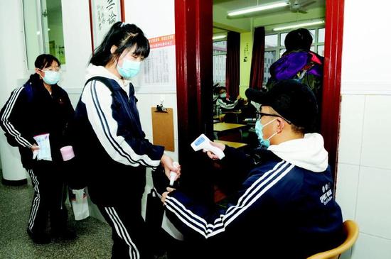 学生进入班级之前测体温。 记者 庄新岩摄