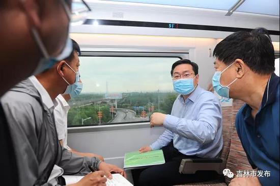吉林市市长王路(中)检查高铁沿线综合整治工作。