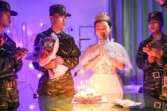 战友们为嫂子庆祝25岁生日。
