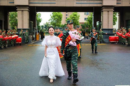刘巧玉和曹洲雯回到中队,受到热烈欢迎。
