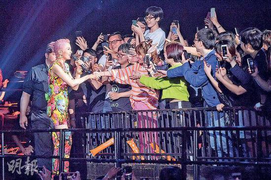 梁咏琪跟歌迷握手时,被热情粉丝撞爆嘴唇流血。