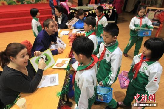 小学生在进行学科综合实践活动。中新社发 富田 摄