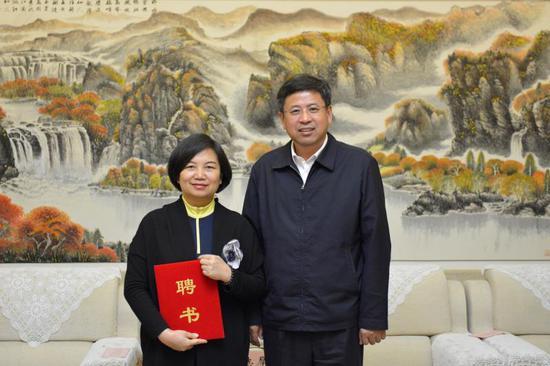 图为通化市委副书记、市长刘化文同志向金英花教授颁发聘书。