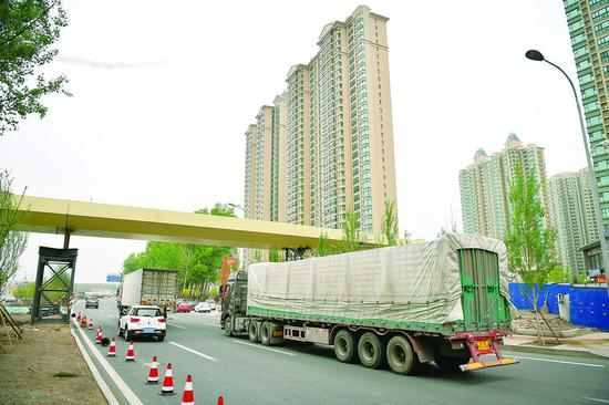 因道路上经过的大货车较多,恒大名都过街天桥比一般过街天桥要高一些。 张扬 摄