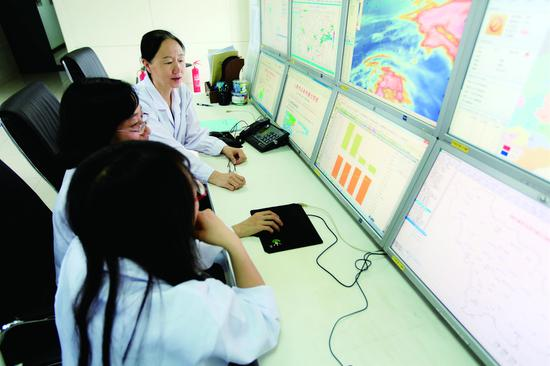 在吉林省人工影响天气办公室地面指挥中心,工作人员对飞行条件及天气情况进行实时跟踪。