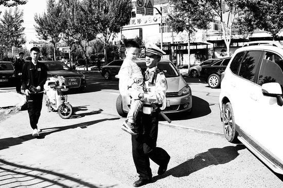 两位协警抱娃萌照。 (南关交警大队提供)