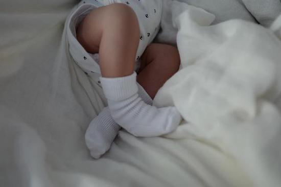 余文乐近日晒出儿子的白袜子