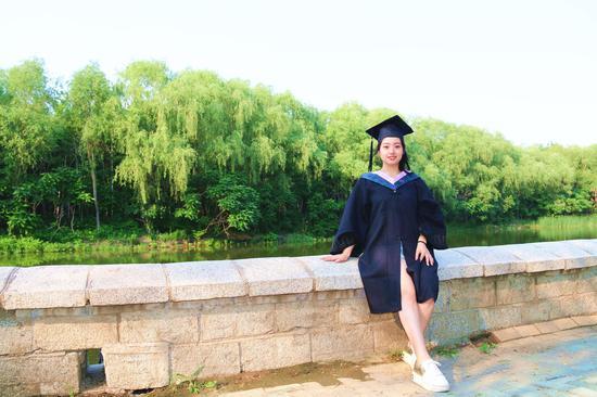 学士服并不合身,但是不穿它怎么会有毕业的感觉呢?
