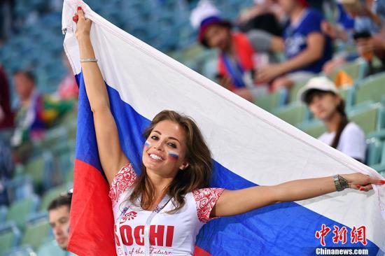 一位俄罗斯美女球迷。 中新社记者 毛建军 摄