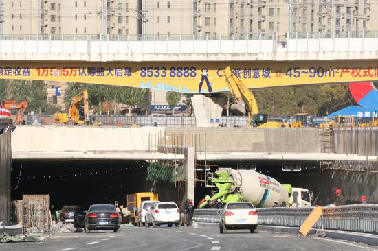 隧道入口,施工队正在作业。