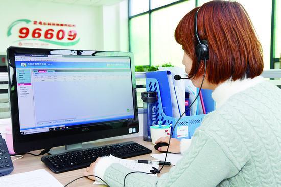 供热企业的接线员在接听用户咨询电话。