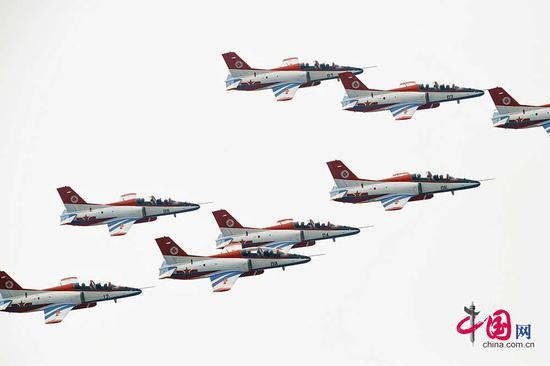 """11月3日,空军航空大学""""红鹰""""飞行表演队进行正式表演前的最后一次检验性飞行。中国网 杨佳摄影"""