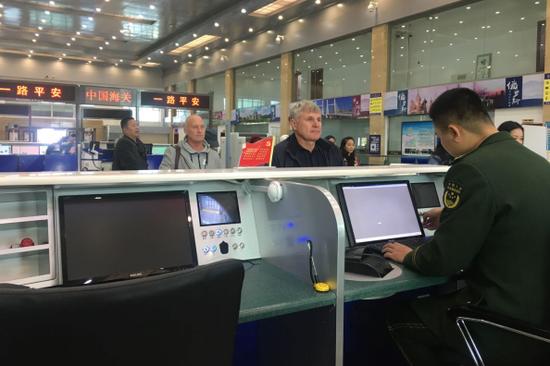 来珲春旅游的俄罗斯游客准备通过珲春口岸回国