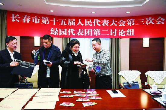 13日9时,参加市十五届人大三次会议的人大代表陆续到驻地报到。 孙建一 李成伟 摄