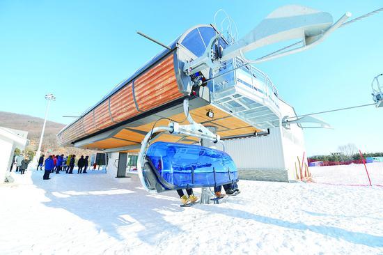 游客在莲花山滑雪场享受滑雪乐趣。 张扬 摄