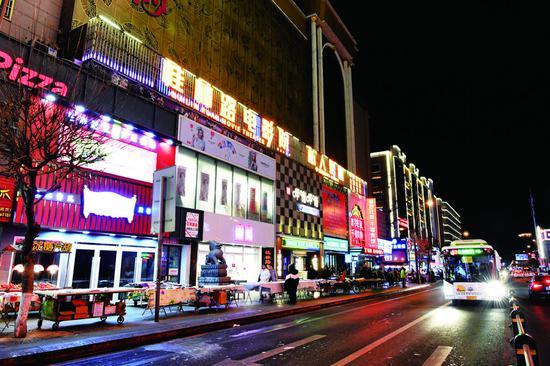 """夜幕下的桂林路灯火通明,成为兼备现代元素和时尚色彩的""""活力商圈""""。 李成伟 摄"""