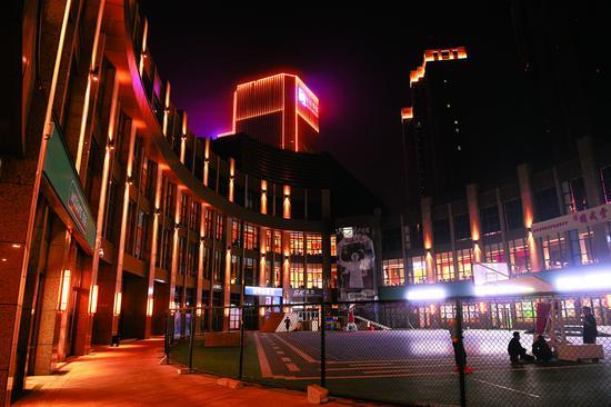 夜晚的生态大街CBD,成为周边居民休闲娱乐、畅享精彩夜生活的好去处。图为商圈内灯光绚丽的环球广场。 石天蛟 摄