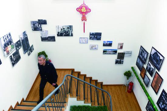 东盛公司9车队走廊里展出了许多长春老照片。 石天蛟 摄