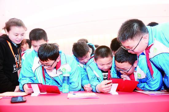 4月12日,小学生在第五届中国数字阅读大会主题展区体验数字阅读。 (新华社发)