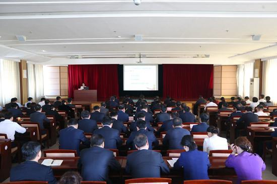 延吉市委常委班子主题教育读书班听讲座看警示片