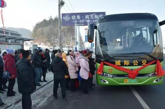 """1月9日下午,一辆城际公交车缓缓驶入""""平安一区""""候车点"""