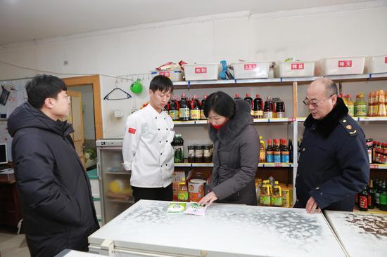 联合检查组在海兰江釜山石锅饭开展食盐专项检查