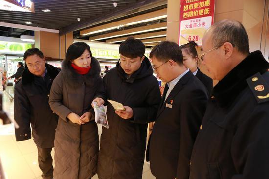 联合检查组在百货大楼超市开展食盐专项检查