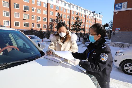 疫情期间吉林省敦化森林公安局民警方便群众送证上门