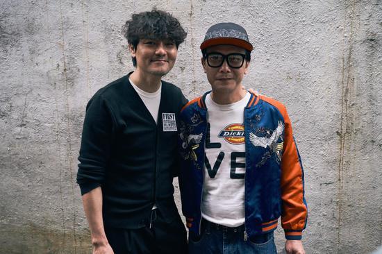 林家栋和钱小豪在影片《手卷烟》拍摄现场。