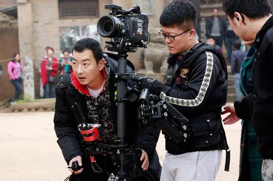 郝平在导演处女作《红簪子》拍摄现场。