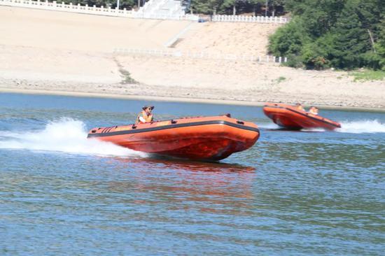 喷水式冲锋舟