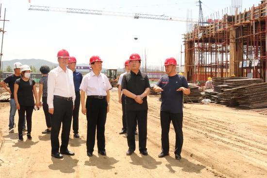 图为王冰在白山经济开发区吉浙对口合作示范园标准化厂房建设现场调研