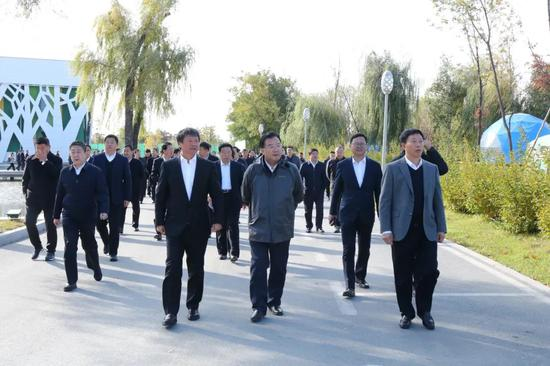 图为白山市党政代表团在梅河口市考察城市建设情况。