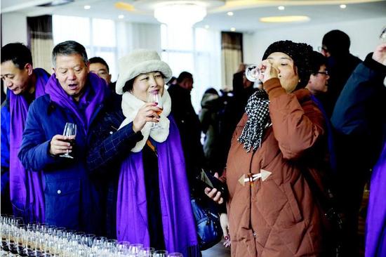 品鉴会上,与会嘉宾品尝鸭绿江河谷产区葡萄酒。 记者 宋晓林 摄