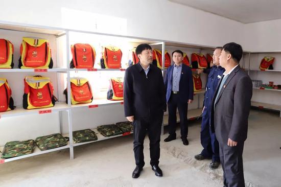 王连弟实地查看扑火机具储备库
