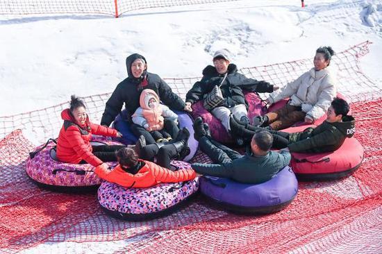 2021年2月15日,在吉林省吉林市万科松花湖滑雪场,游客玩雪圈。新华社记者 颜麟蕴 摄
