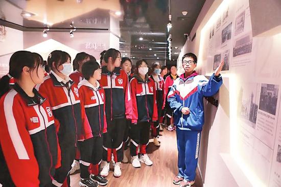 吉林毓文中学校史馆讲解员正在为刚入学的学弟学妹讲解校史