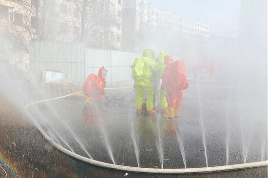 煤气泄漏事故演练中,现场水幕水带同步稀释降毒。