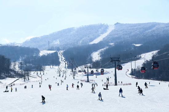 游客在吉林省吉林市万科松花湖滑雪场滑雪。新华社记者 颜麟蕴 摄