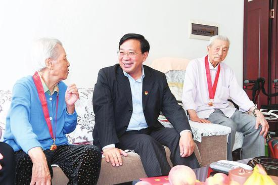 6月28日,韩俊在长春市看望慰问老党员刘枫。 本报记者 宋锴 摄