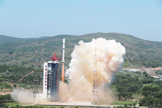 7月3日10时51分,我国在太原卫星发射中心用长征二号丁运载火箭,成功将吉林一号宽幅01B卫星送入预定轨道,发射任务获得圆满成功。 新华社发(郑逃逃 摄)