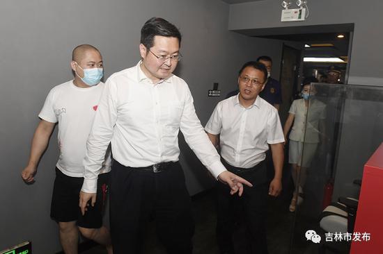 图为吉林市市长王路(中)在解放大路和珲春街交会处一电竞馆检查消防安全情况。