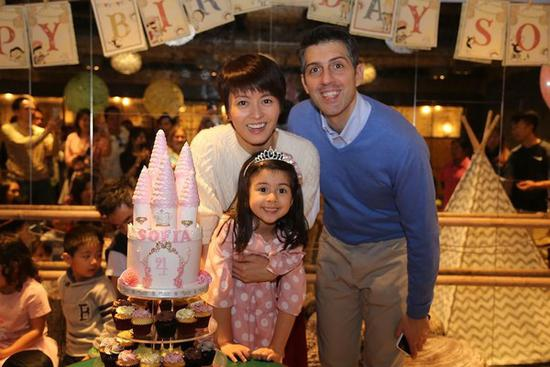 梁咏琪与老公及混血女儿