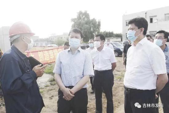 图为吉林市委书记王庭凯(左二)在翰宇化工项目现场,就H酸项目建设情况进行调研。