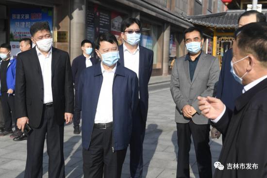 吉林市委书记王庭凯(前左二)在船营区河南街就环境卫生、基础设施等工作进行督导检查。