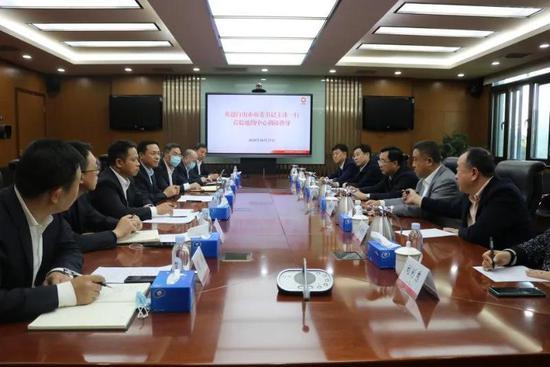 图为王冰中国建材地质勘探中心考察洽谈。